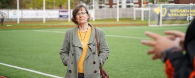 en medelålders kvinna med brund hår, glasögon och