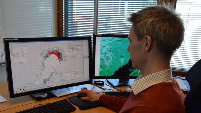 Patrick Eriksson vid Meteorologiska institutet jobbar med israpporter.