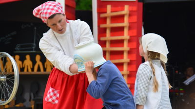 Emil har fastnat med huvudet soppskålen, en scen ur Raseborgs sommarteater.