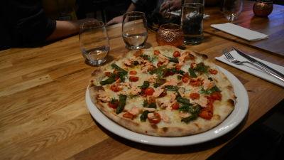 Pizza Salmone på Pjazza i Helsingfors,