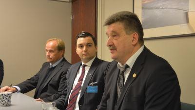 Tero Auvinen från bollförbundet, Joakim Strand och bollförbundets ordförande Pertti Alaja.