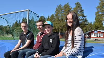 Alexander Mattsson, Linus Kojola, Oskar Sundqvist och Jenny Asplund ser fram emot nya idrottsanläggningar i Larsmo