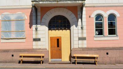 Dörren på Lovisa rådhus restaureras.