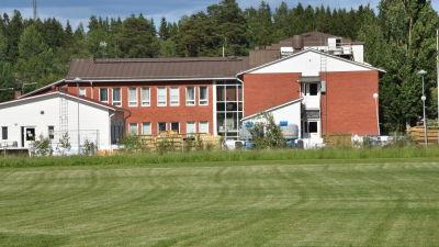 Ett rött tegelhus som är Sjundeås kommunhus.