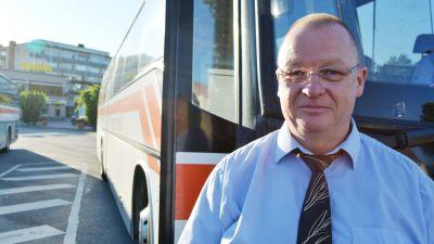 Dick Wallenius framför Borgå trafiks buss.