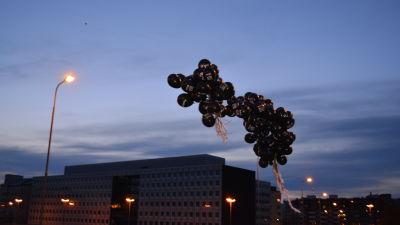 Ballonger med antirastistiska budskap flyger i väg.