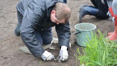 Synskadade Johan Sundholm deltar i arkeologisk utgrävning i Snappertuna.