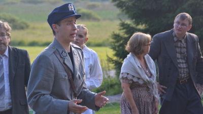Soldat Rauli Juvonen kommer med beskedet att Porkala ska evakueras.
