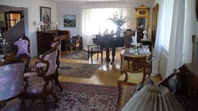 Vardagsrum med antika möbler.