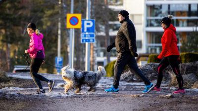 Ulkoilijoita Espoon Matinkylässä.