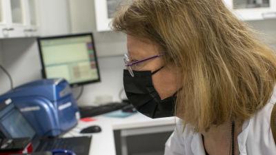 Läkare undersöker coronatestresultat.