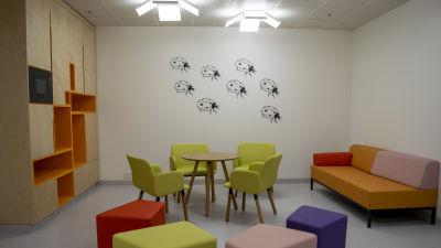 Nyckelpigor förgyller väggar vid nya Fyrsjukhuset i Åbo.