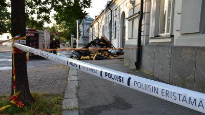 Poliisin eristysnauha Porin taidemuseolla tulipalon jälkeisenä aamuna