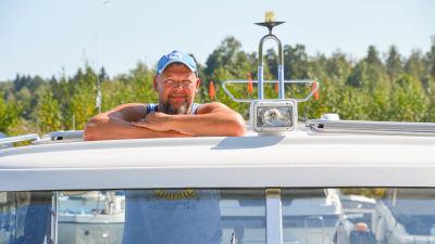En man på sin båt.