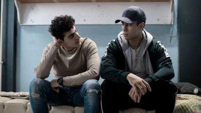 Zacaria Tawil (Hussein) ja Youssef Asad Alkhatib (Omar) istuvat sängyllä