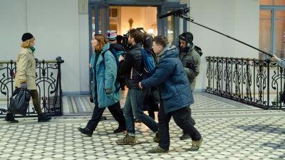 En grupp människor spelar in en film.