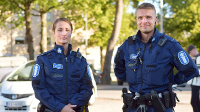 Bild på poliserna Johanna LIndroos och Rikard Lindroos i uniformer.