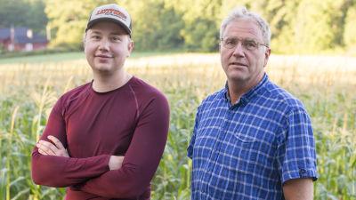 Far och son. Thure och Jonas Lindeberg vid Pickala gård i Sjundeå.