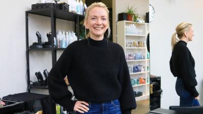 Frisör Nora Lindblom i en frisörsalong