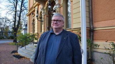 Prorektor vid Åbo Akademi, Stefan Willför står framför Humanisticum.