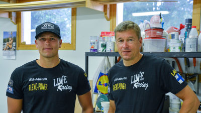 Alexander Lindholm och hans pappa Jan-Erik Lindholm står i ett garage.