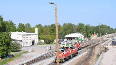 HAngö tågstation med några gamla godståg fotograferat från järnvägsbron