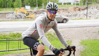 Mikko Tuomola i cykelutstyrsel på sin cykel.