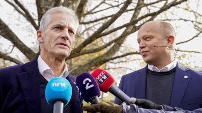 Jonas Gahr Störe och Trygve Slagsvold Vedum talar till mikrofoner.
