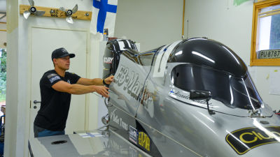 Alexander Lindholm sätter fast en del i sin gråa formel 4 racerbåt.