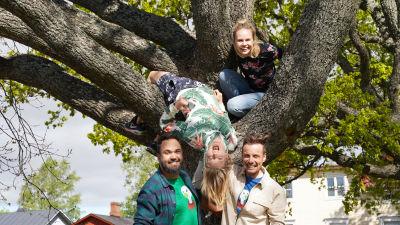 BUU-klubbens programledare står framför ett träd.