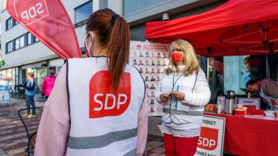 SDP:n kuntavaalitapahtuma kävelykadulla.