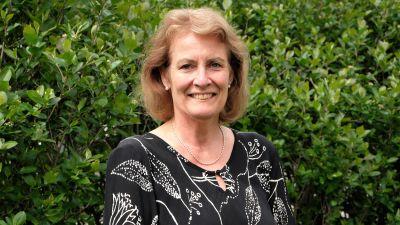 en äldre kvinna i svart blus