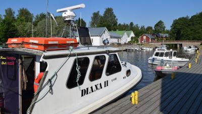 Taxibåten Diana II i Ingå småbåtshamn.