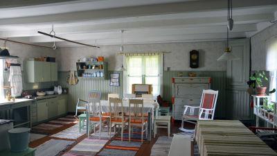 Bild av ett kök inrett enligt hur det såg ut på 1940-talet.