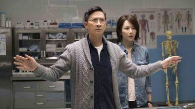 Rättsläkaren Chan (Nick Cheung) och hans assistent Lynn (Zi Yang)