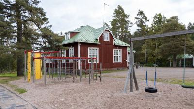 Gungar i förgrunden till Västankvarns skola i Ingå.