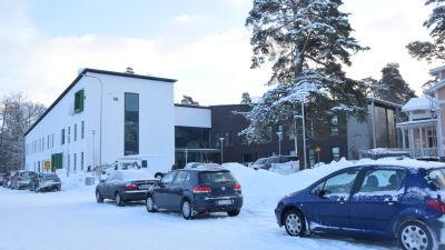En vintrig dag utanför Raseborgs mentalvårdscenter.