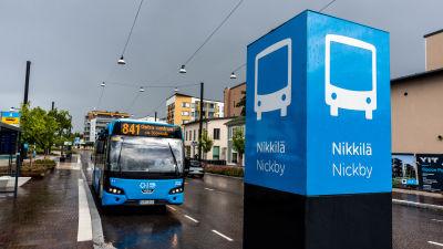 Buss som väntar på att köra iväg från ändhållplatsen.