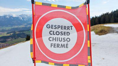 """En skylt med texten """"Gesperrt, closed, chiuso, fermé."""