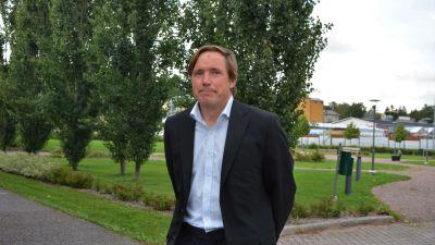 Kommunfullmäktigeledamot Daniel Wilson framför träd.
