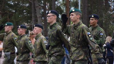 Militärparad med rekryter.