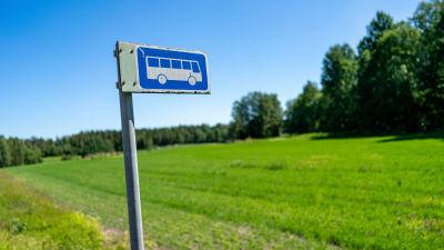 En busshållplats på landsbygden.
