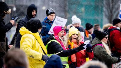 En demonstration av pandemiförnekare Vapauden puolesta i Helsingfors, våren 2021.