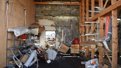 Insidan av ett lager i Kimitoön efter brand.