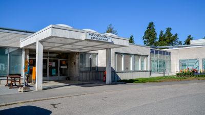 En huvudingång till ett sjukhus.