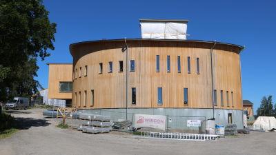 Fasaden på den nya delen av Mosebacke skola.