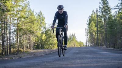 Hans Löflund cyklar ned för en backe.