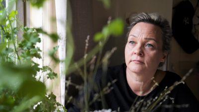 Some Deep Story 6-kauden yhden päähenkilön äiti, Maria Wright, kuvattuna kasvien takaa.
