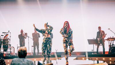 F ja Sanni laulavat iloisena lavalla.