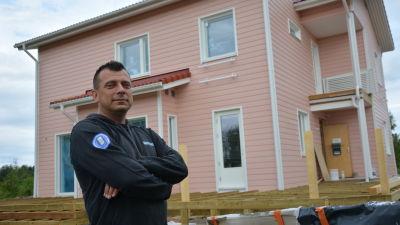 Christer Lundström framför huset familjen snart kan flytta in i.